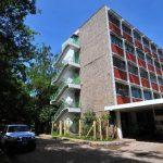 Médicos del hospital de Chalatenango aún esperan ser restituidos en sus cargos.