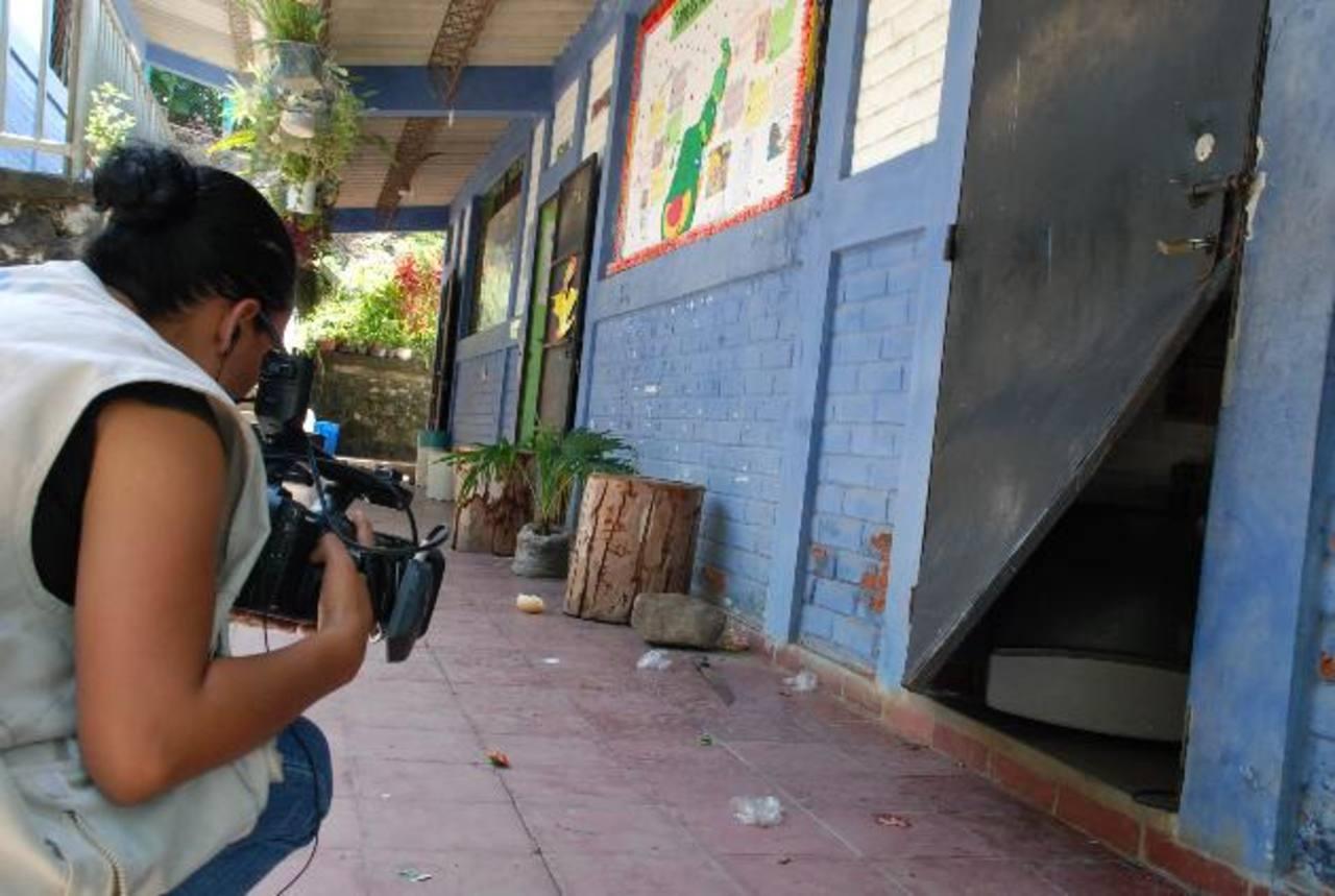 Los hampones siempre dañan puertas, cerraduras y malla ciclón para irrumpir en los centros escolares y hurtar. Foto EDH / archivo