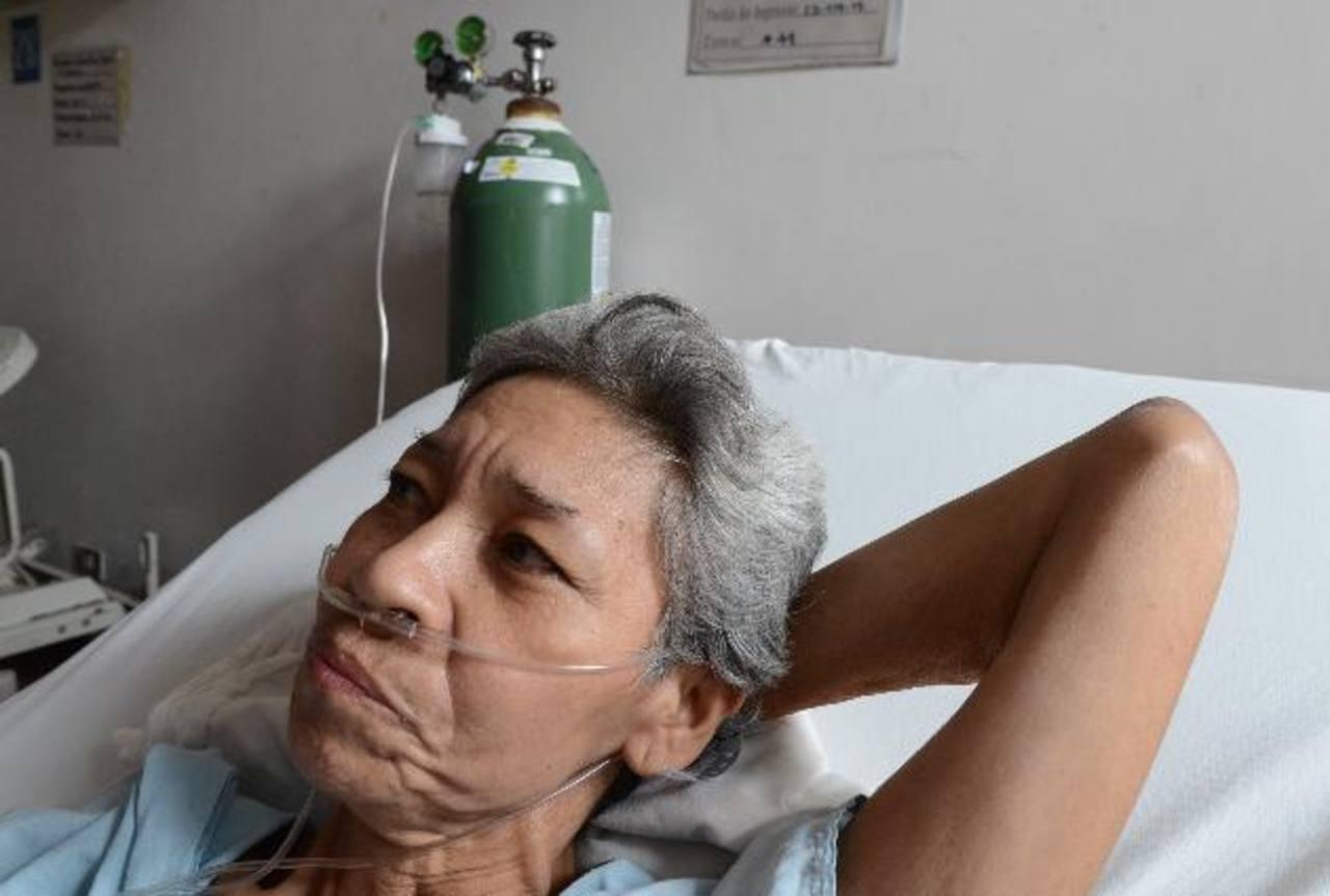 Socorro de Mercedes Rivas de García está ingresada desde el 13 de julio. Asegura que no tiene dinero para medicamentos. Si quiere ayudarla llame al 7419-6238. Foto EDH / Mauricio Cáceres