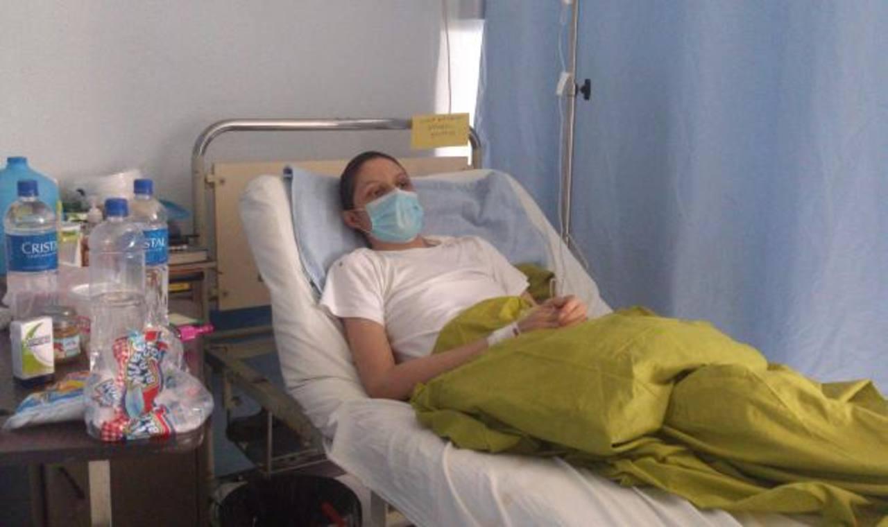 Cada mes, Josué Alexander Amaya llega al hospital Rosales a recibir su tratamiento de quimioterapia. Foto EDH / Susana Joma