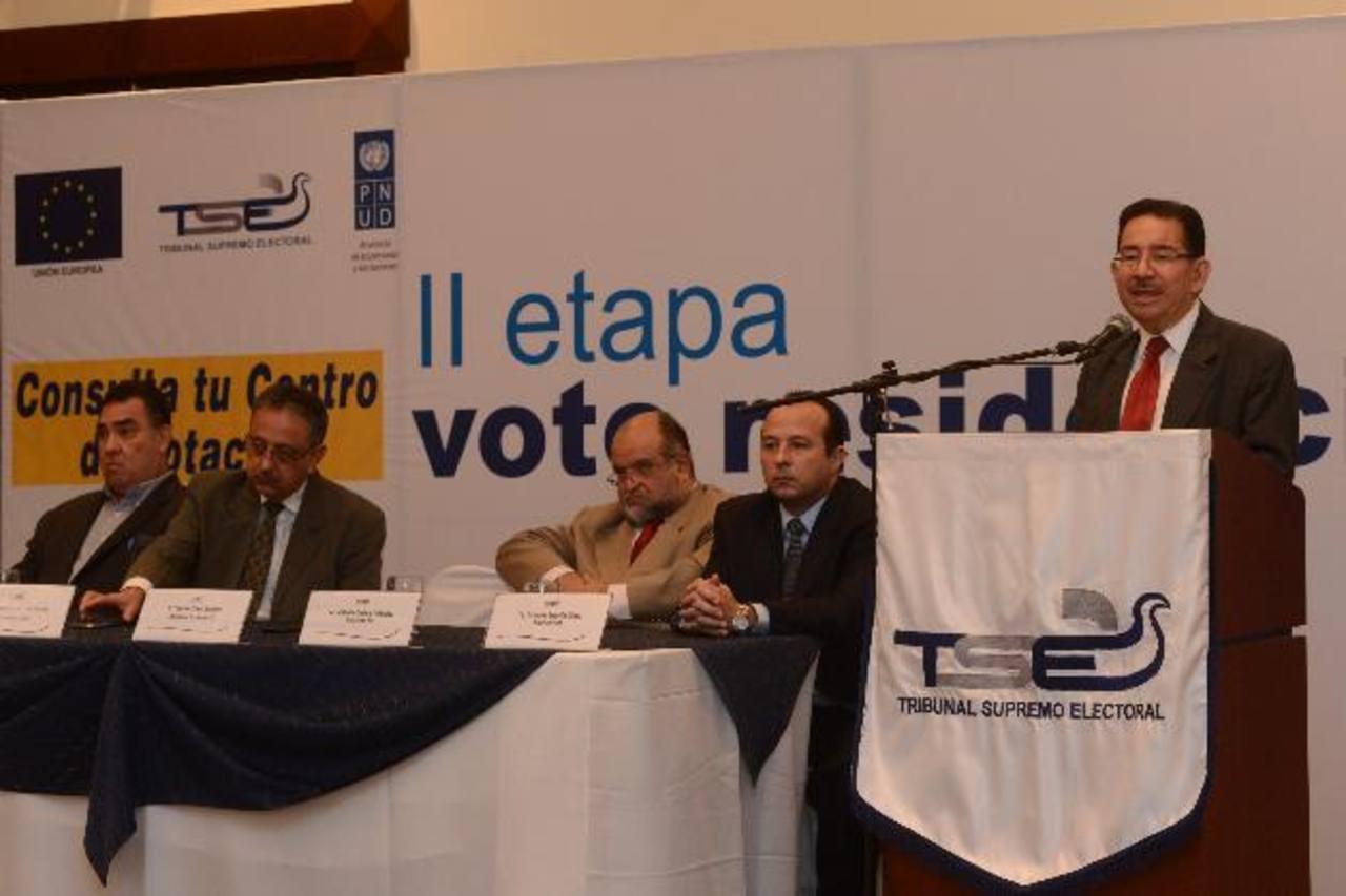 El titular del TSE, Eugenio Chicas, dio a conocer ayer detalles del plan de voto residencial. A la izquierda, los magistrados Gilberto Canjura y Fernando Argüello. foto EDH / miguel villalta