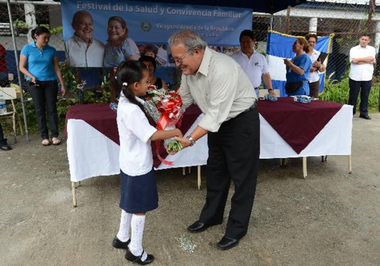 Una alumna del centro escolar Las Margaritas en Soyapango, entrega un presente a Sánchez C. foto EDH / Jaime anaya