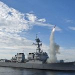Fotografía tomada el 29 de septiembre de 2010 y facilitada por la Marina de EE.UU. del destructor estadounidense USS Preble durante el lanzamiento de un misil tomahawk en una zona de maniobras próxima a la costa de California. EE.UU. y países aliados