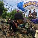 En las carrozas, los militares mostraron sus destrezas. Foto EDH Claudia Castillo