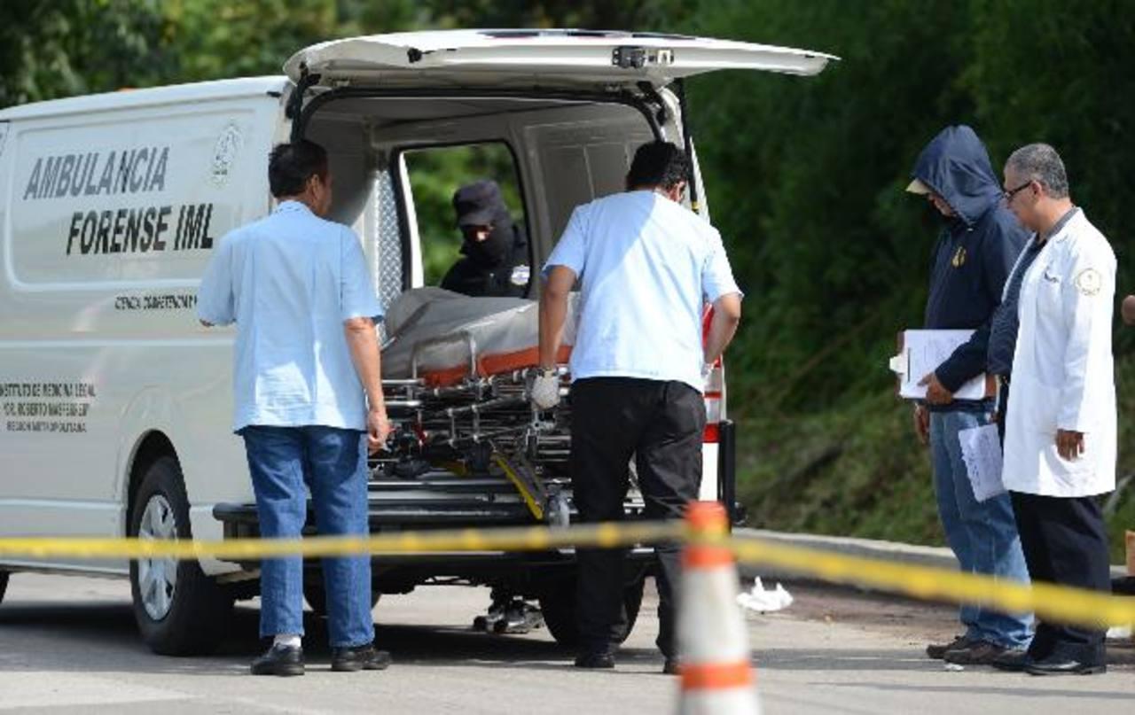 En Nejapa, un presunto marero fue hallado muerto dentro de una bolsa. Foto EDH / Mauricio Cáceres