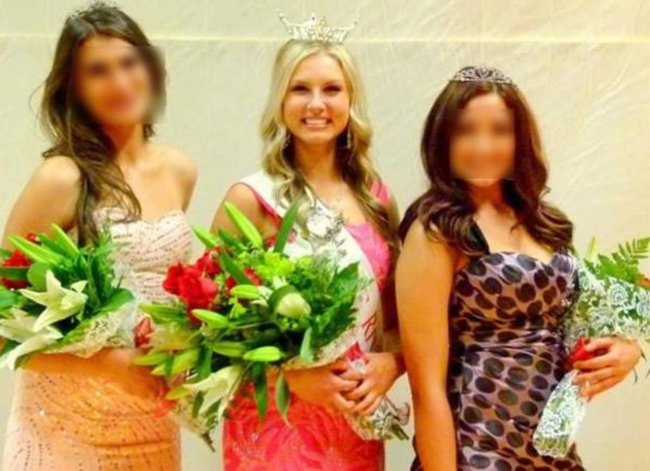 La joven estadounidense (centro) fue coronada hace más de un mes como Miss Riverton, certamen en el que destacó por su belleza y su habilidad para tocar el piano.