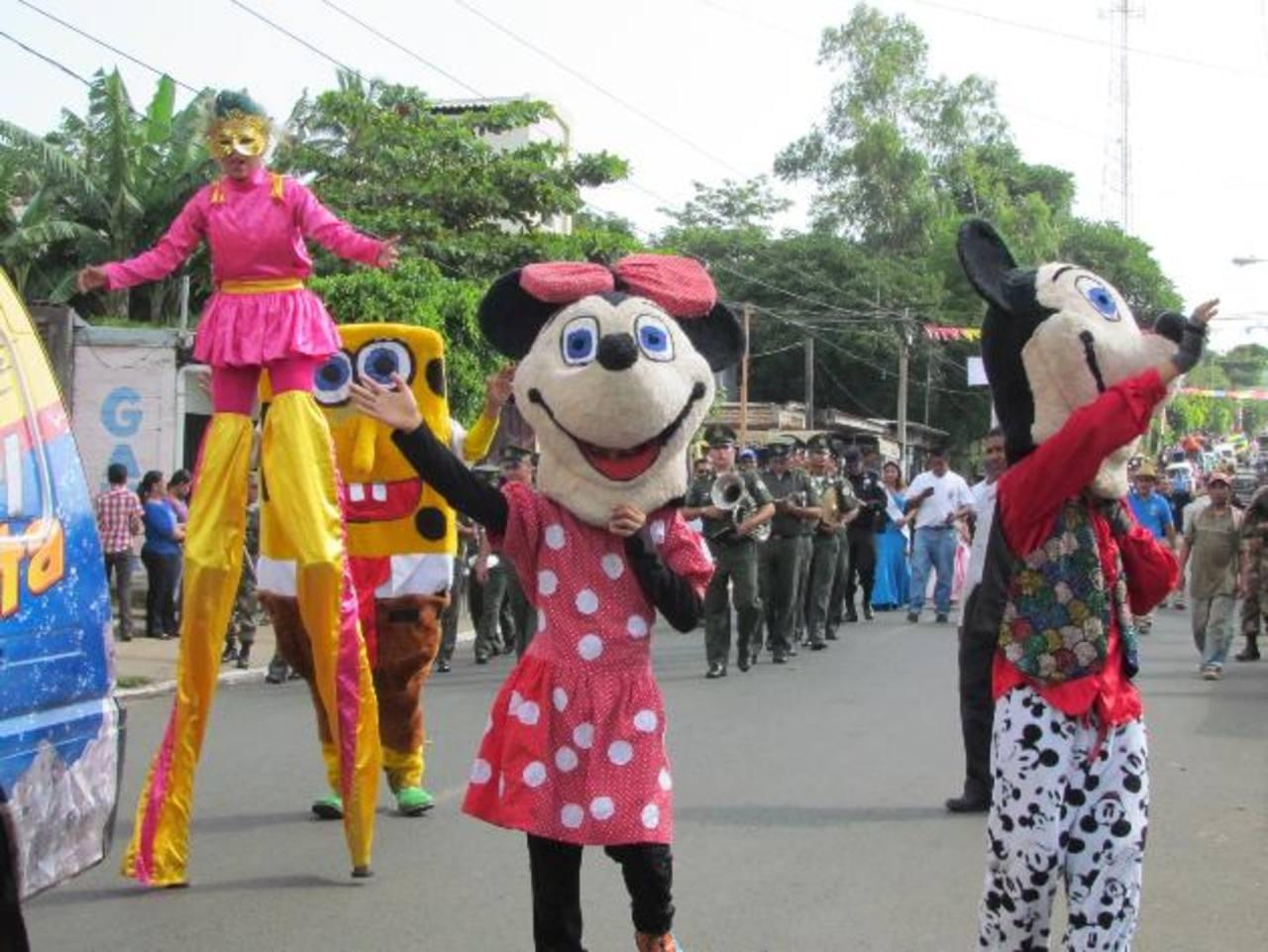 """Personajes de fantasía alegraron a niños y adultos en el desfile del """"Correo"""". foto edh / mauricio guevara"""