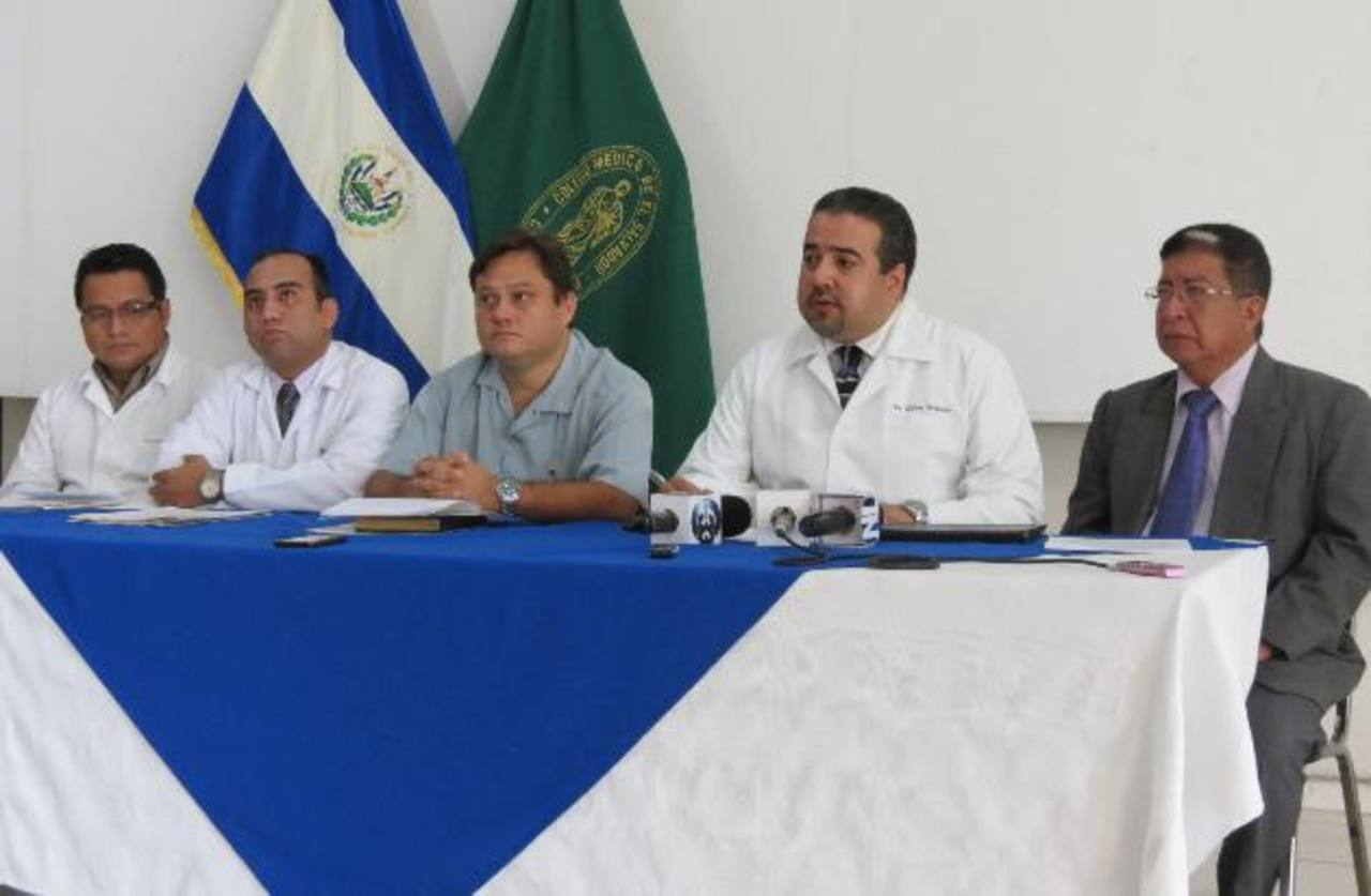 Milton Brizuela, director del Colegio Médico, junto a los doctores despedidos. foto EDH / cortesía