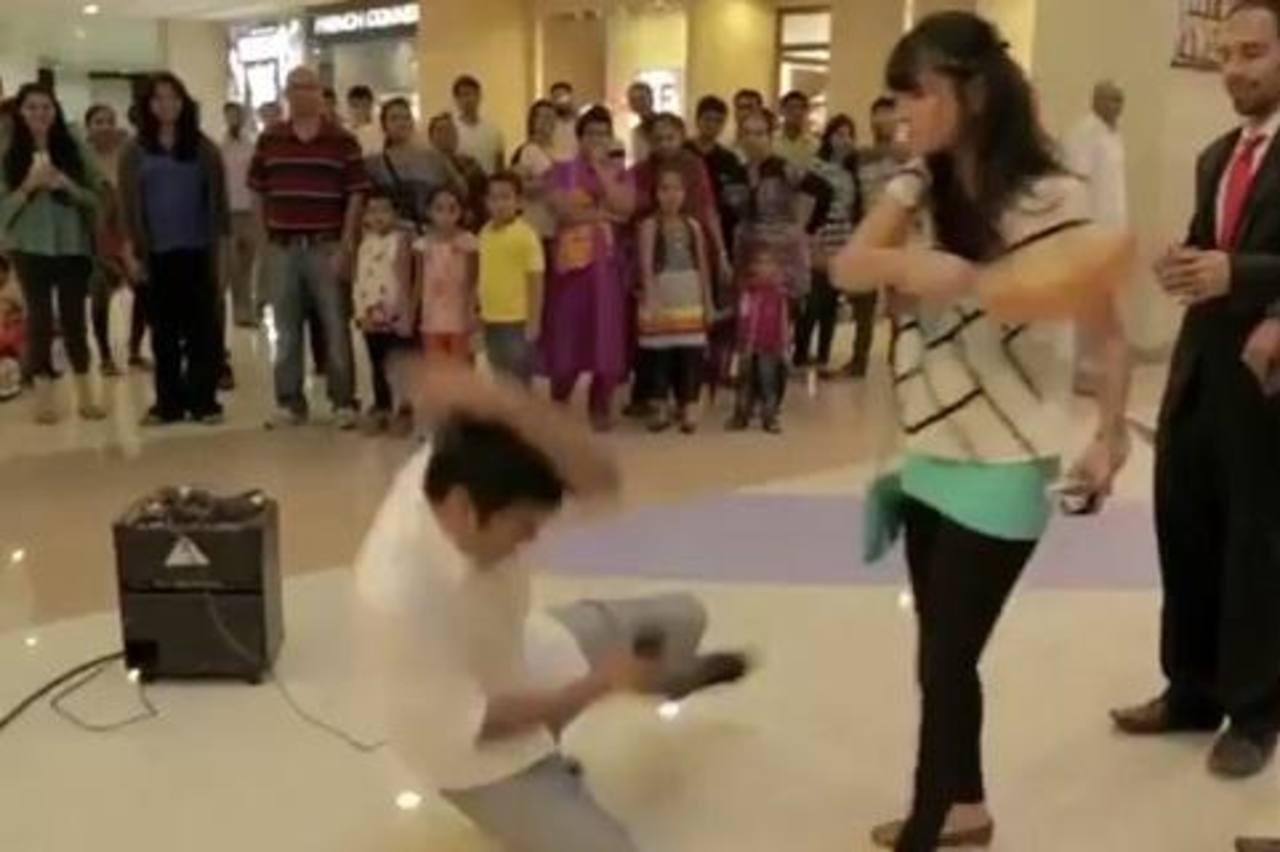 VIDEO: Novio le pide matrimonio y ella le da un guitarrazo