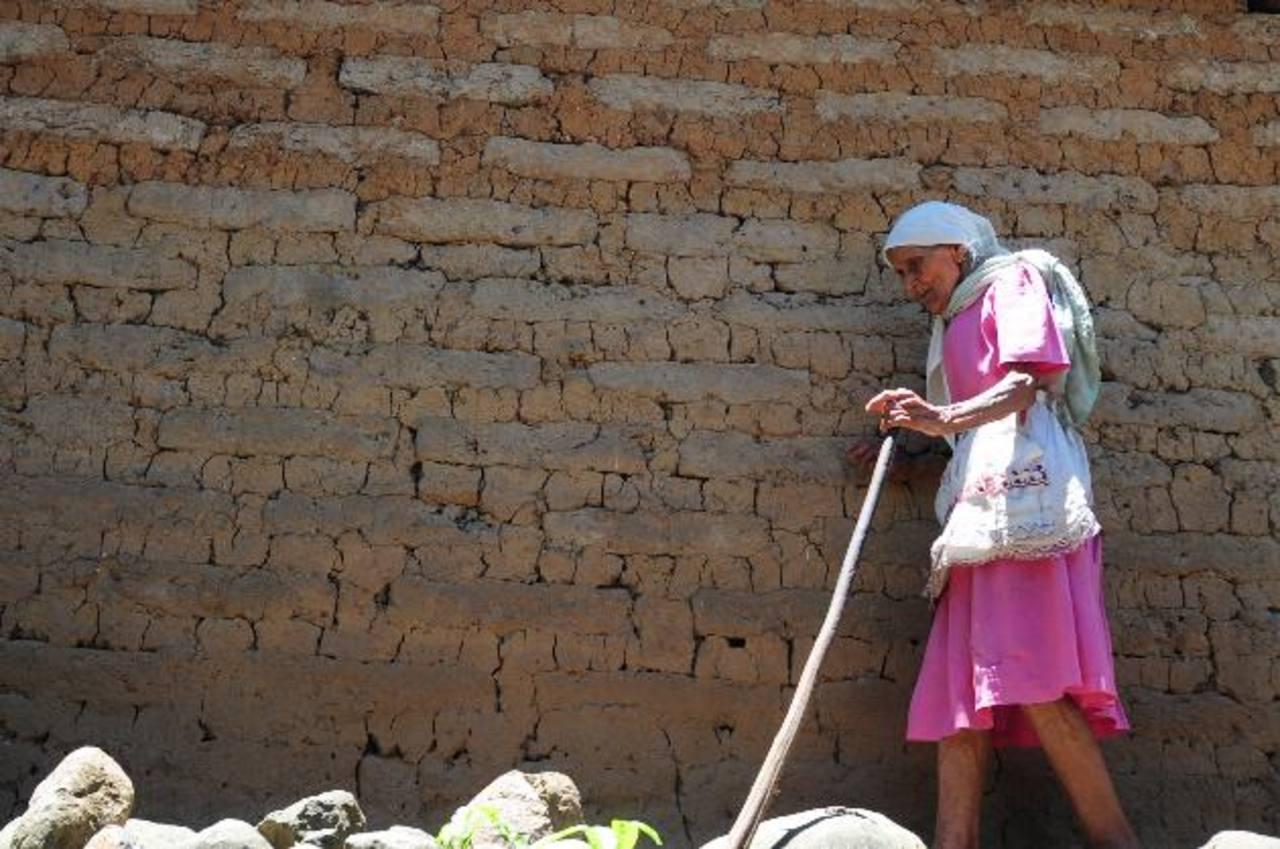 Dionisia, madre del sexagenario José Mercedes Miranda, guarda la esperanza de que antes de morir pueda ver a su hijo en libertad. Foto EDH / Lissette Lemus