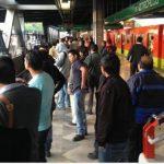 Personas salen del metro de Ciudad de México ante la alarma de sismo. FOTO de CNN