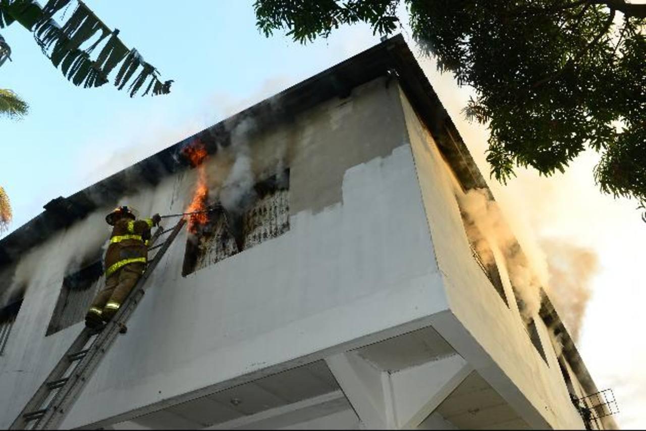 Fuego arrasa con varios fardos de prendas de vestir y calzado, así como una bodega en Apopa. Foto EDH / René Estrada.