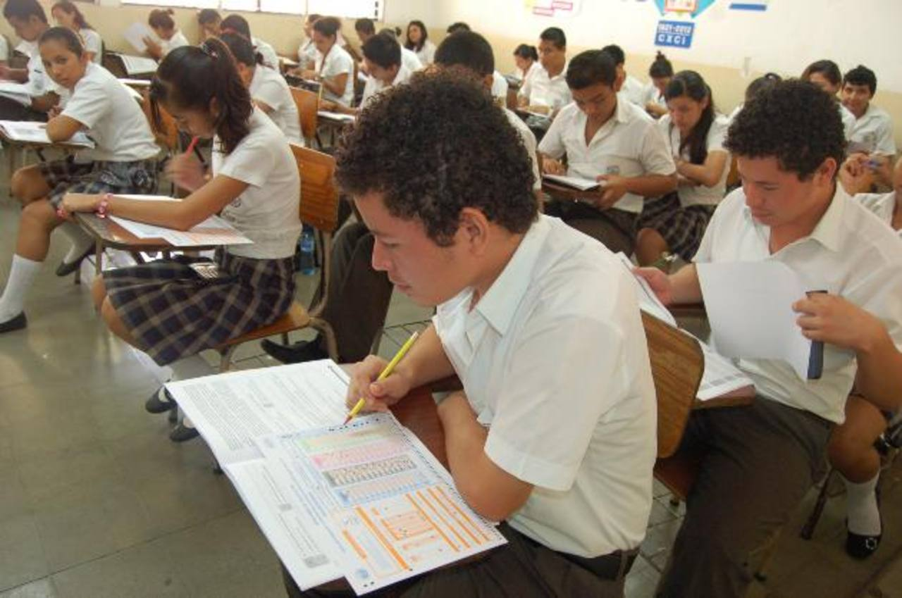 De acuerdo con las modificaciones que el Ministerio de Educación ha hecho a la Paes en 2013 traería 131 ítems, de los cuales 100 son de las materias básicas. Foto EDH / ARCHIVO