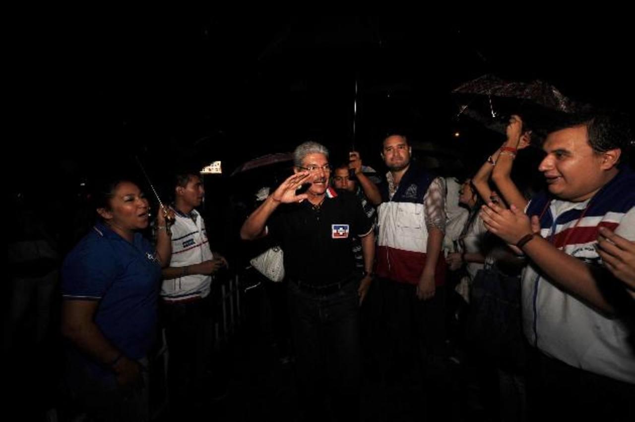 El aspirante tricolor también asistió al acto realizado en el redondel Roberto D'Aubuisson. foto edh / marlon hernández