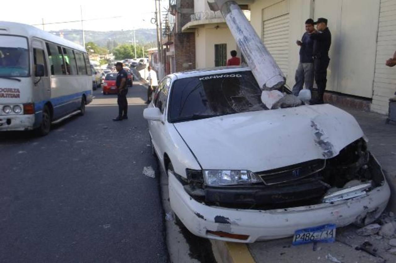 El conductor de este auto, quien aparentemente iba borracho, se estrelló contra el poste en la 2a. Avenida Sur. foto edh