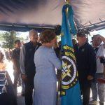 Gloria Calderón de Oñate recibe el estandarte como alcaldesa en funciones de San Salvador. Foto vía Twitter Edmee Velásquez