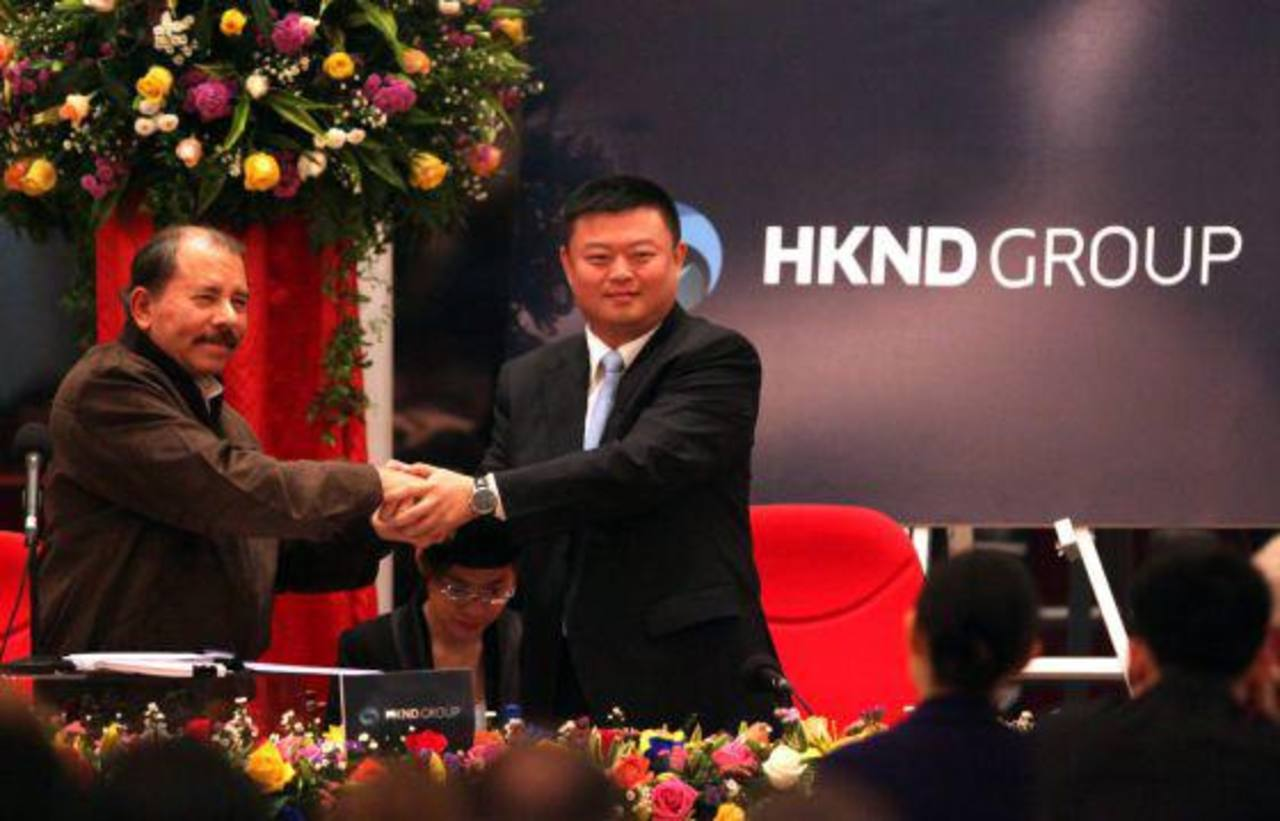 Daniel Ortega saluda al empresario chino Wang Jing.