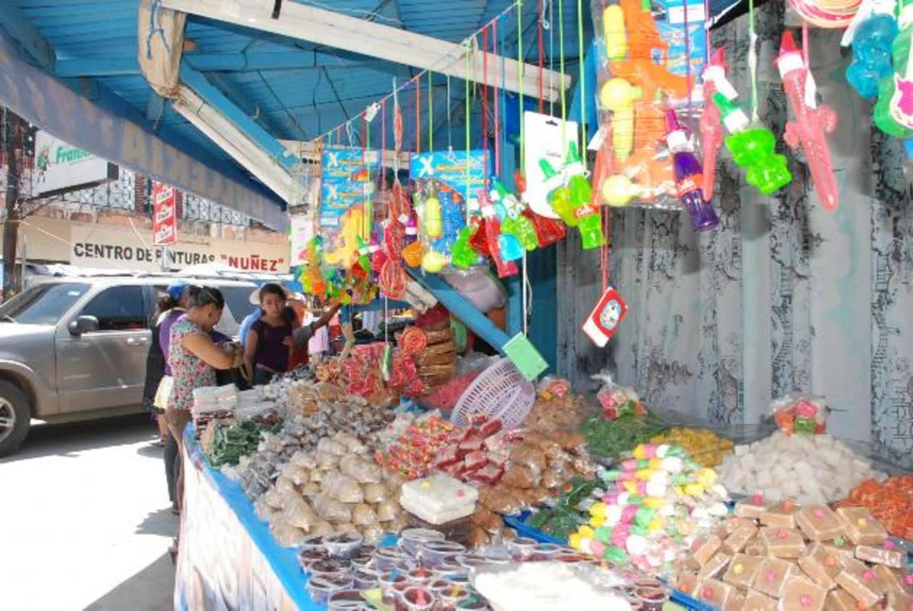 En Santa Rosa de Lima ya están listos los juegos mecánicos y las ventas de dulces típicos. foto edh /insy Mendoza