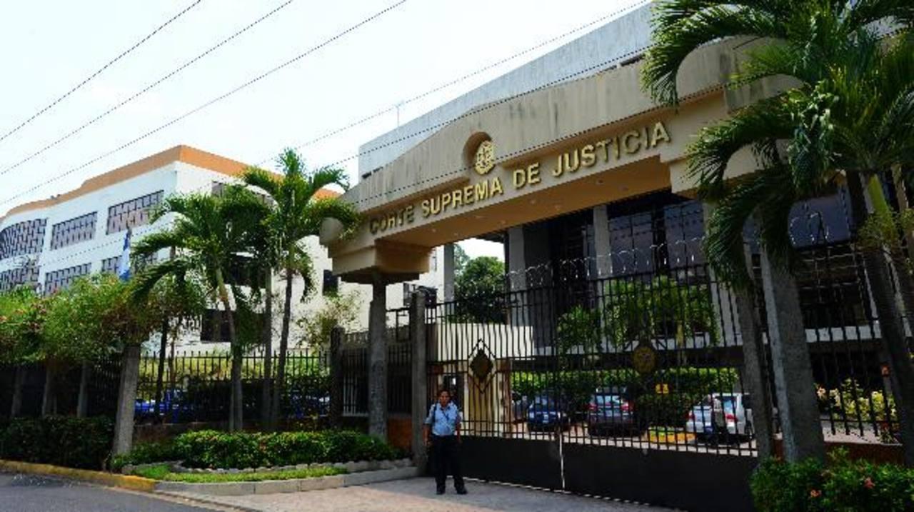 Según un informe, la Corte Suprema de Justicia aún pretende contratar 552 plazas. Foto EDH / Archivo