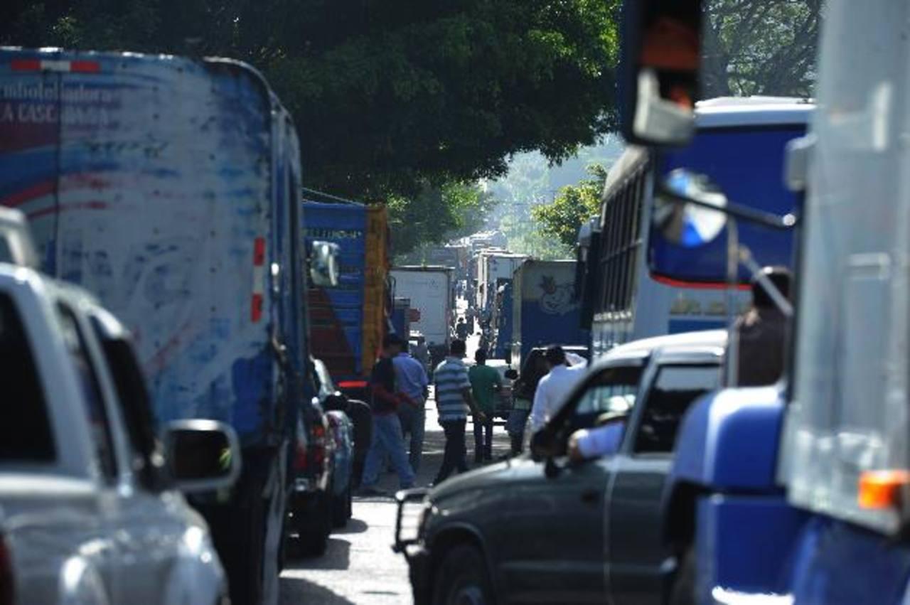 Los motoristas del transporte de carga esperaron horas debido al bloqueo de los excombatientes. Foto EDH / Marlon Hernández