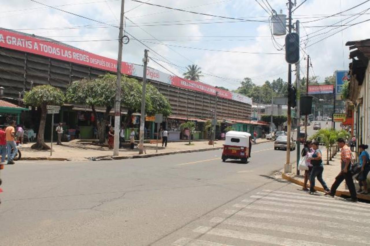 El semáforo está próximo a los mercados municipales.