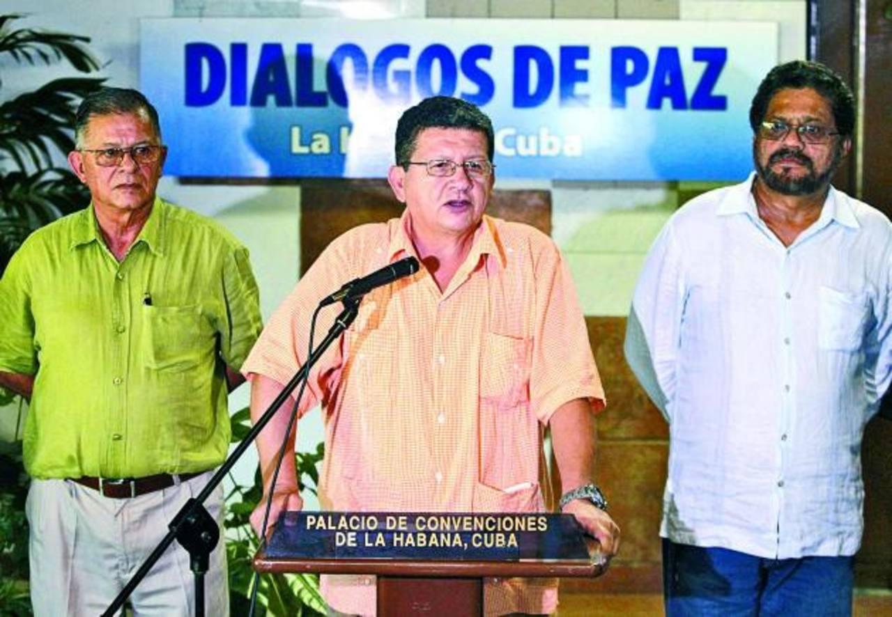 """El guerrillero Jorge Torres, junto a otros miembros de las FARC, anuncian ayer la """"pausa"""" en las negocaciones de cese al fuego en Colombia, debido a la propuesta de referendo que hizo el gobierno. foto edh / Reuters"""