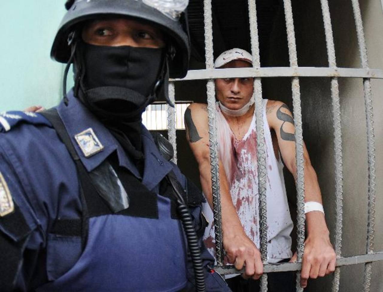 Un policía custodia a un prisionero herido en una celda del Hospital Escuela. edh /AP