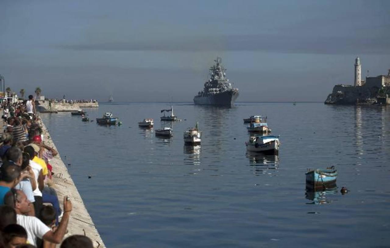 Cubanos observan la llegada de varios buques de guerra de Rusia a La Habana. foto edh / AP