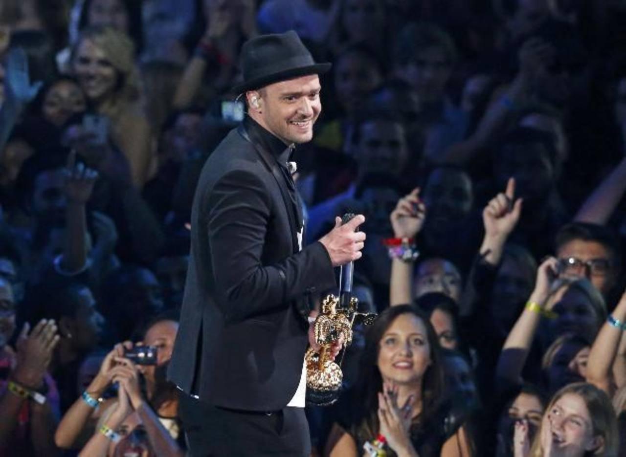 El cantante es aplaudido después de recibir el galardón especial Michael Jackson. Además se llevó otras tres preseas.Bruno Mars cantó su tema Gorillaz, luego de recibir su galardón por el mejor video de un artista masculino.