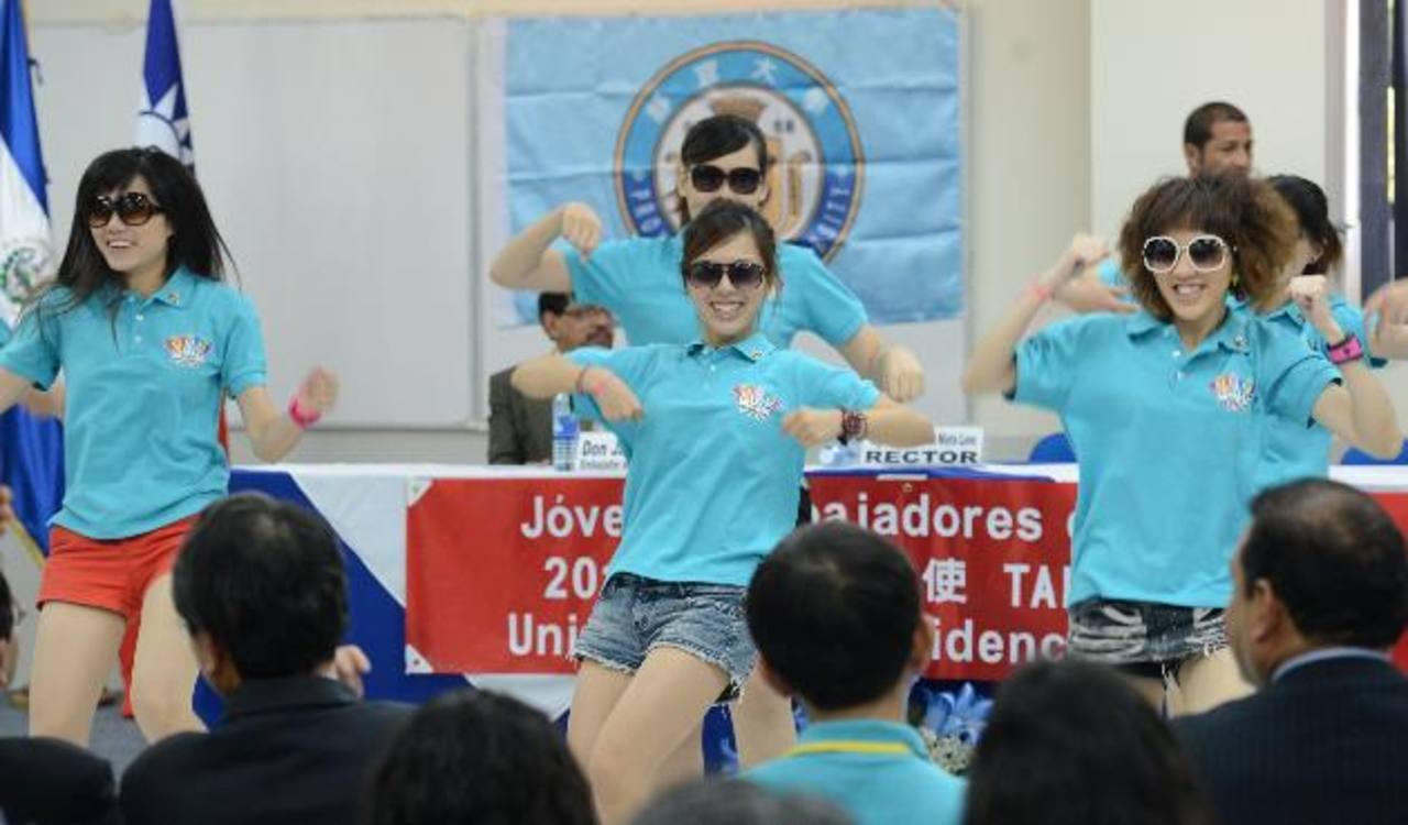 Las jóvenes compartieron ayer en la Universidad de El Salvador. Foto EDH / douglas urquilla