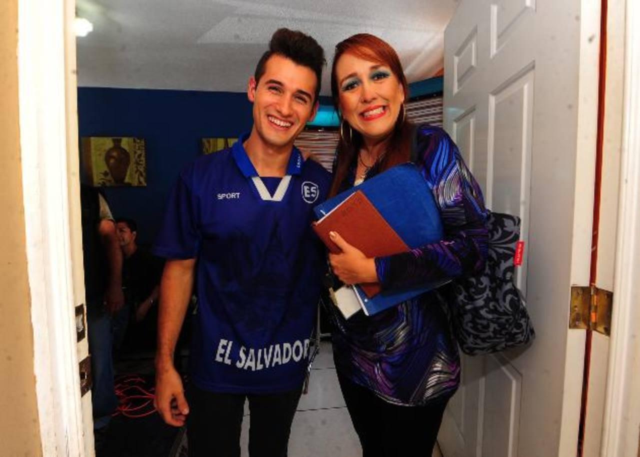 Arrechea está feliz con su debut en el cine y en El Salvador. Aquí, con su madre en la cinta, Regina Cañas. Fotos EDH/ Huber Rosales