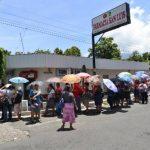 La interminable fila se generó debido a fallos en los sistemas del Cenade de Lourdes, Colón, y ocasionó inconformidad en los beneficiarios por el nuevo sistema. FOTOS EDH / MARVIN RECINOS