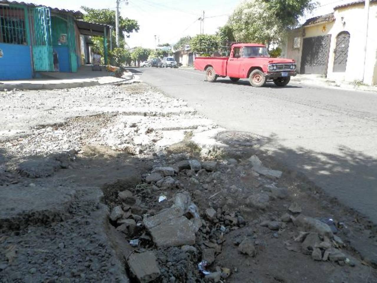 El paso de buses y vehículos pesados por el lugar también genera que la calle siga se siga rompiendo. Foto EDH / Milton jaco
