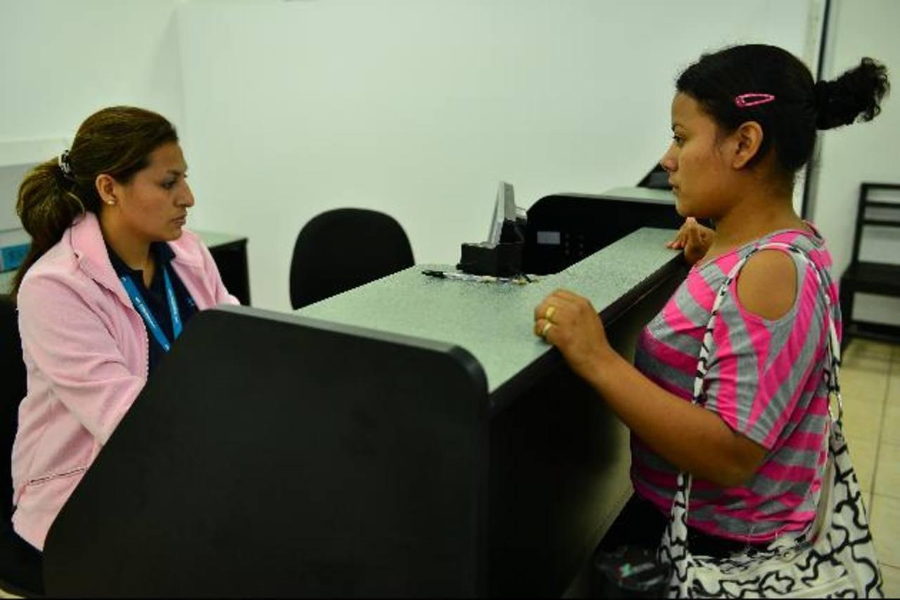 Una joven que en enero cumplió 18 años, retira su DUI en el duicentro de Santa Tecla. foto edh / cÉsar avilés