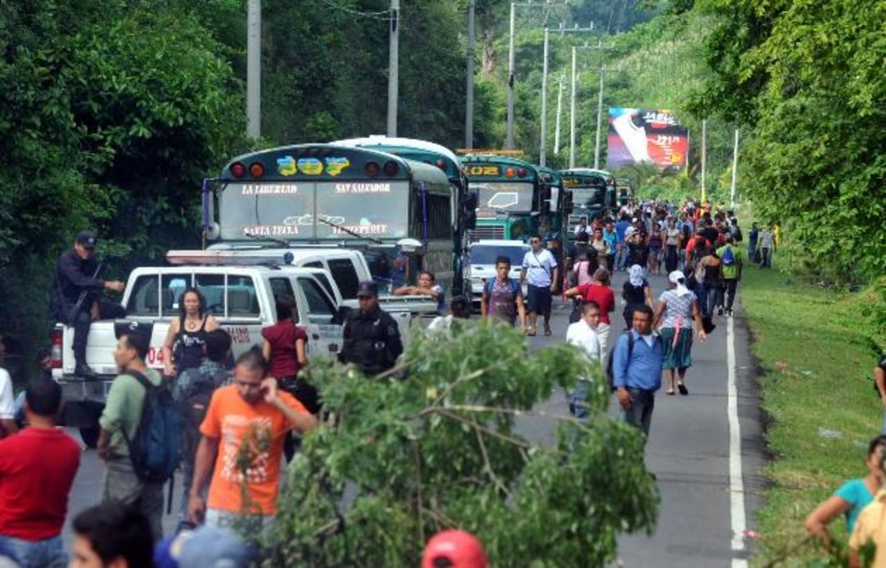 El cierre de este tramo obligó a decenas de usuarios de rutas que vienen del puerto de La Libertad a caminar para llegar a su destino. Fotos EDH / Ericka Chávez