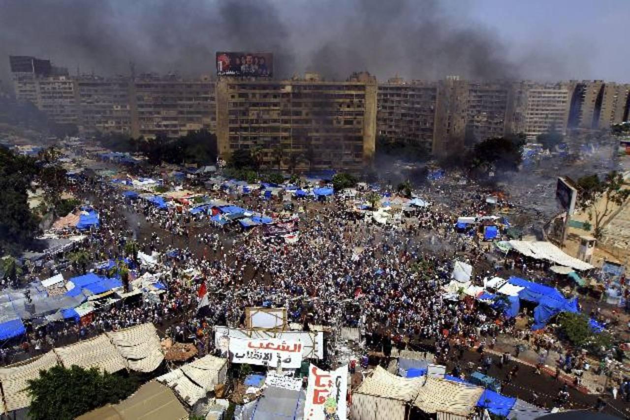 Vista aérea de la plaza de Rabea al Adauiya donde la policía desmanteló ayer una de las dos acampadas de los simpatizantes del depuesto presidente Mursi, en El Cairo. foto edh / EFE