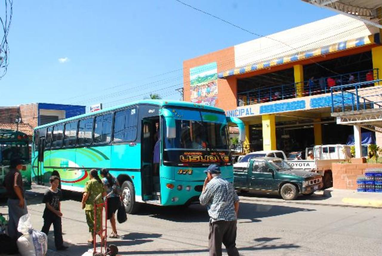 El desvío de buses ha generado congestionamientos en el centro de Santa Rosa. Foto EDH/ archivo