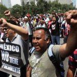 Miles de maestros con carteles en contra del Gobierno de Enrique Peña Nieto en una nueva jornada de protestas. foto edh / efe