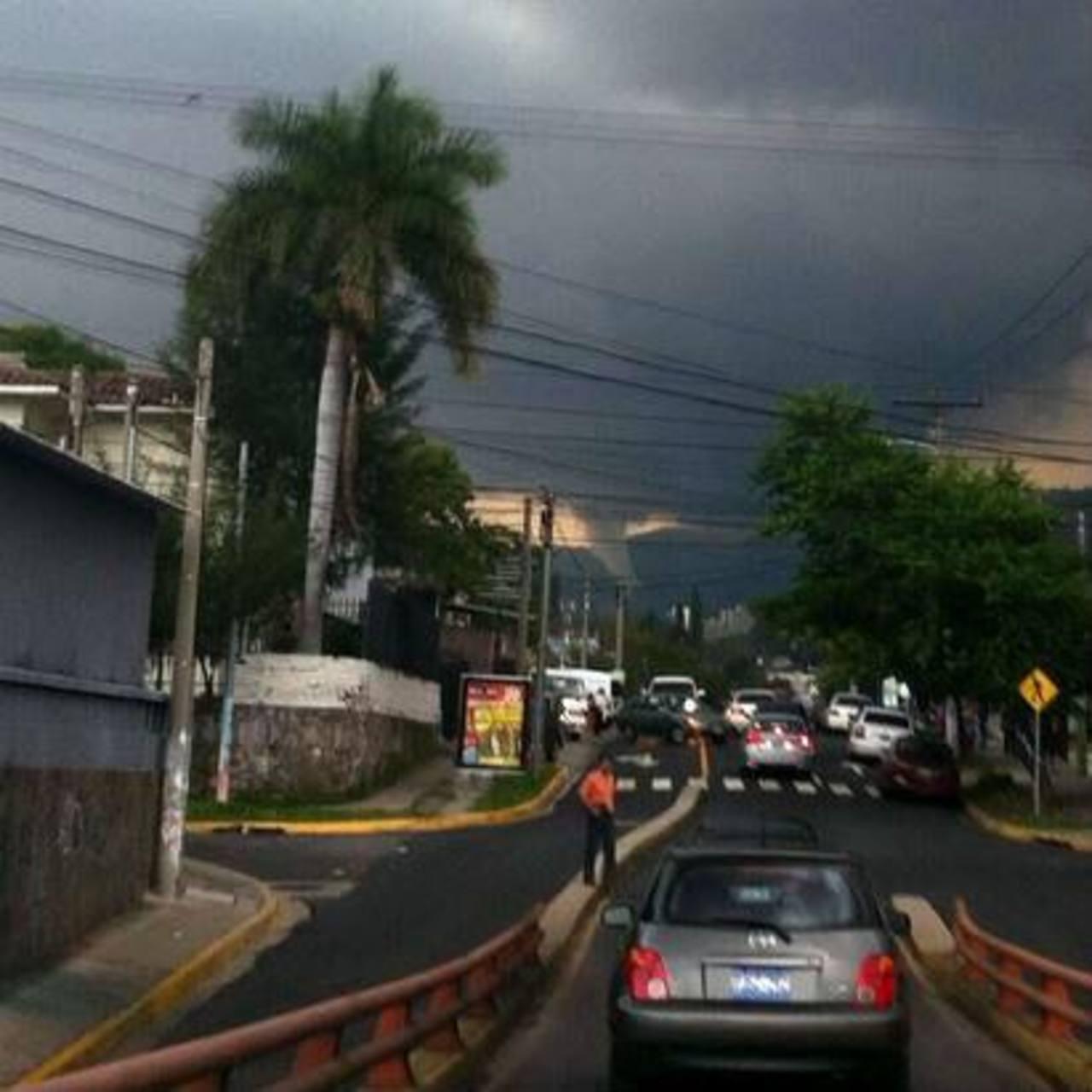 Torbellino en San Salvador mueve las redes sociales
