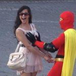 Video: Boobsman, el superhéroe toca senos