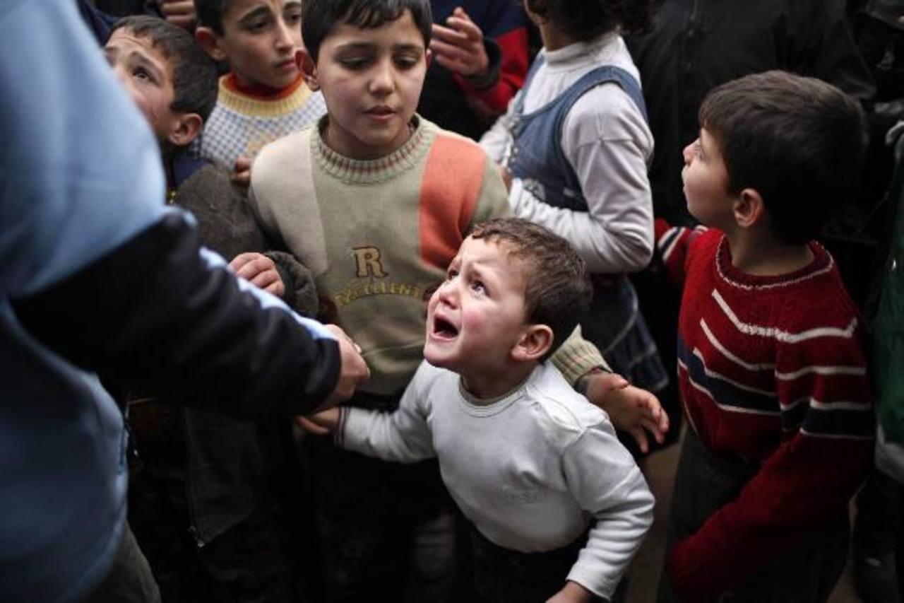 Un niño refugiado sirio llora mientras espera para recibir ayuda en un campamento cerca de Turquía. Foto EDH /REUTERS