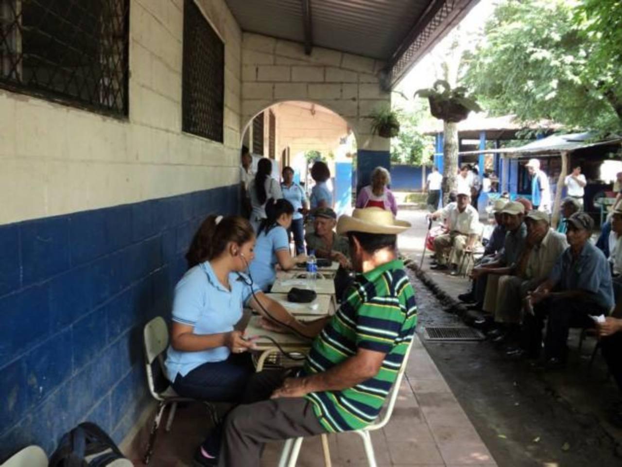 Las personas beneficiadas agradecieron la asistencia porque dijeron que muchas veces deben de esperar bastante tiempo para ser atendidas en los dispensarios públicos. Foto EDH / CORTESÍA