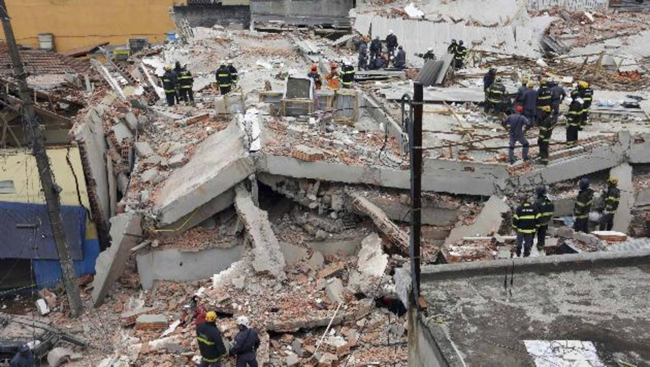 La estructura, de unos 400 metros cuadrados, cedió cerca de las 8:35 de la mañana (hora local). foto edh / REUTERS