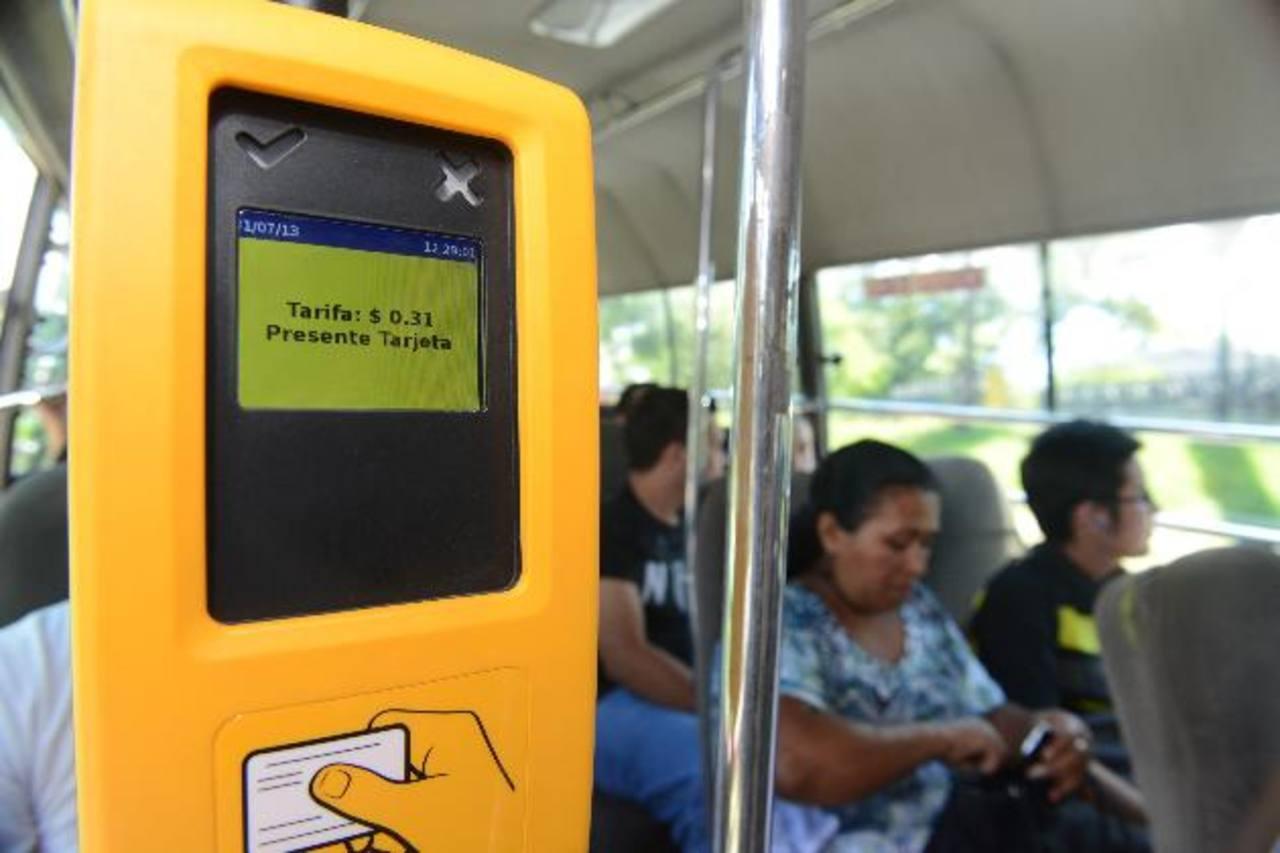 Los usuarios de la ruta 42B de Santa Tecla, que utilizan la tarjeta, deben pagar la tarifa autorizada por el VMT de $0.31 centavos. Fotos EDH / Miguel villalta