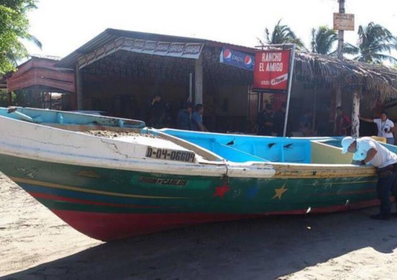 Autoridades sacaron hoy la lancha localizada en la playa La Puntilla. Foto Claudia Castillo