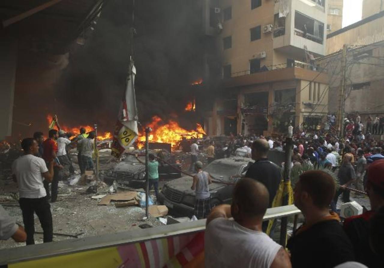 Libaneses tratan de sofocar el fuego. foto edh/Reuters