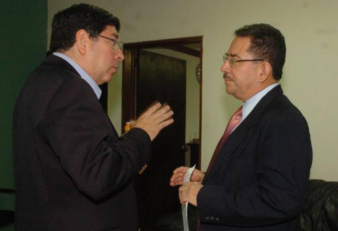 El magistrado Araujo conversa con Eugenio Chicas, presidente del TSE. Foto EDH /archivo