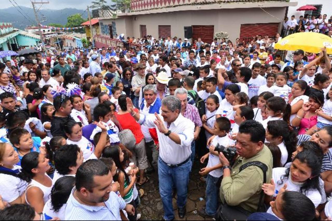 Quijano fue recibido en Teotepeque (La Libertad) por más de 600 simpatizantes y habitantes. fotos edh / omar carbonero