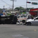 Este mediodía cinco personas resultaron lesionadas en un accidente ocurrido en la calla Gabriela Mistral y bulevar Los Héroes, San Salvador. Foto cortesía @ChristiianArias
