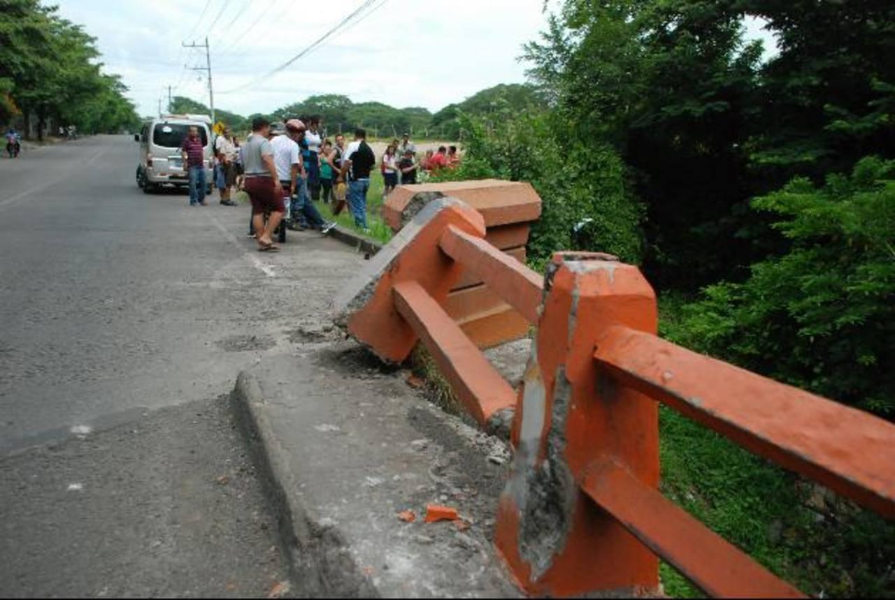 El puente La Gallina en cantón El Papalón es causa de accidentes viales, según vecinos, debido a que la Panamericana se vuelve estrecha una vez se llega a este. Foto EDH /Lucinda Quintanilla